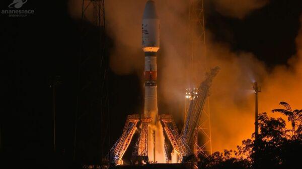 Ruská nosná raketa Sojuz se satelitem SAE Falcon Eye při startu - Sputnik Česká republika