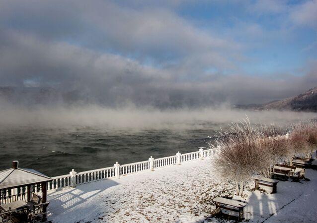 Obec Listvjanka na břehu jezera Bajkal v Irkutské oblasti