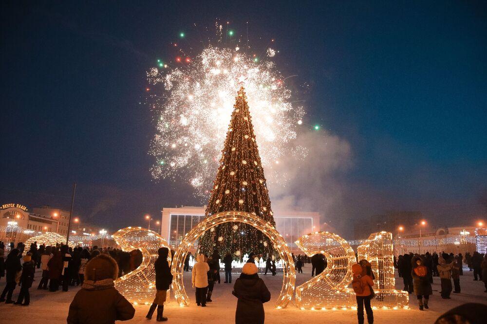 Slavnostní ohňostroj na ceremoniálu rozsvícení světýlek na prvním vánočním stromku v Jakutsku jako součást festivalu Zima začíná od Jakutska