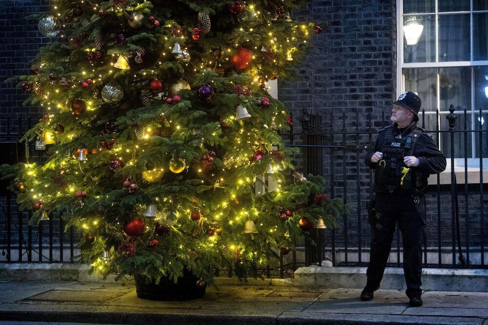 Policista u vánočního stromku v Londýně