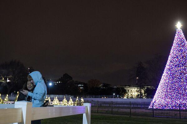 Vánoční strom v parku The Ellipse ve Washingtonu, USA - Sputnik Česká republika