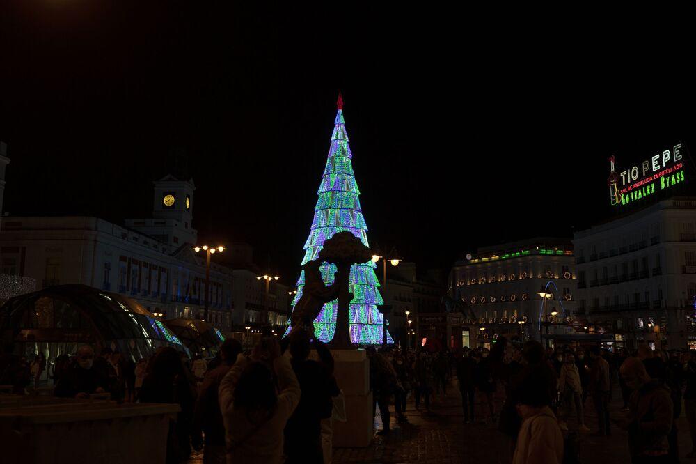 Socha medvěda a planiky před vánočním stromkem v Madridu