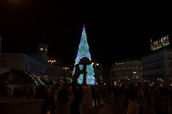 Socha medvěda a planiky před vánočním stromkem v Madridu - Sputnik Česká republika
