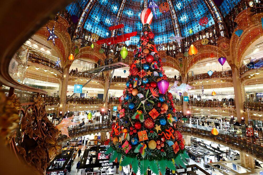 Vánoční strom v nákupním centru v Paříži