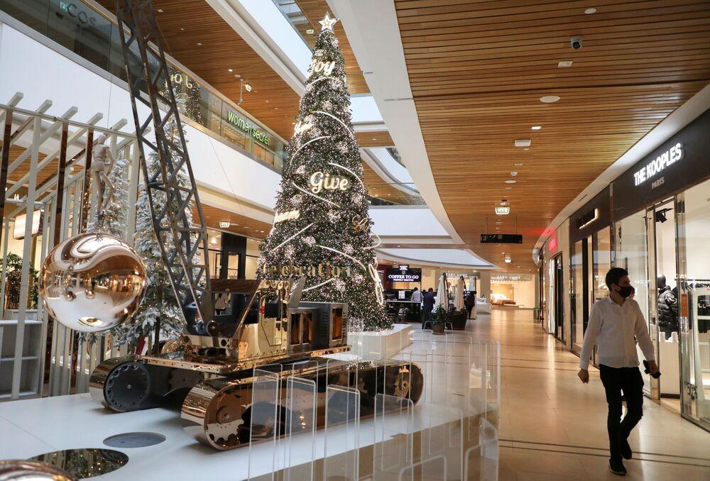 Vánoční strom v nákupním centru v Bejrútu, Libanon