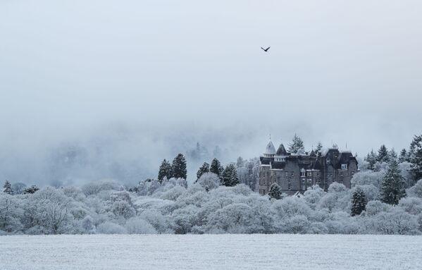 Pohled na zasněžený hotel Atholl Palace ve skotském městě Pitlochry - Sputnik Česká republika