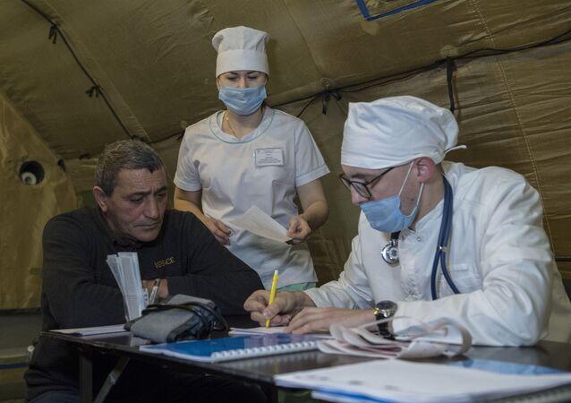 Lékař přijímá pacienta v nemocnici, která byla postavena ruským ministerstvem obrany na letišti v Stěpanakertu