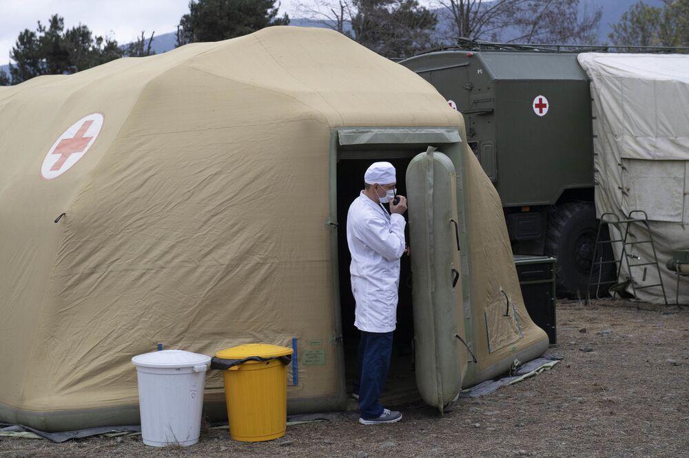 Zdravotnický pracovník na území polní nemocnice