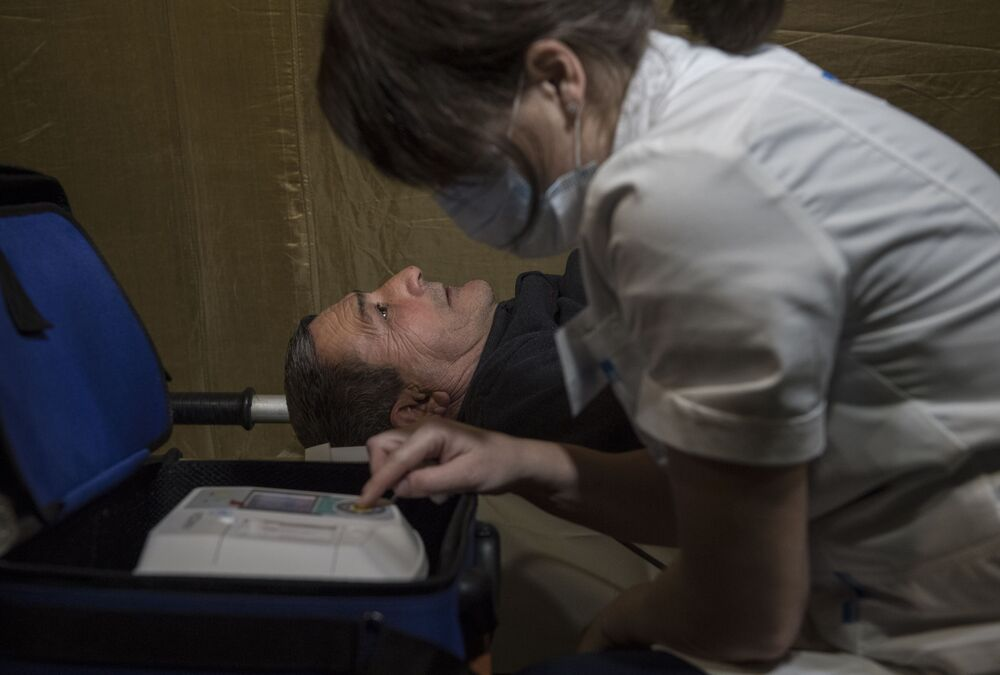 Sestra provádí elektrokardiografii pacienta