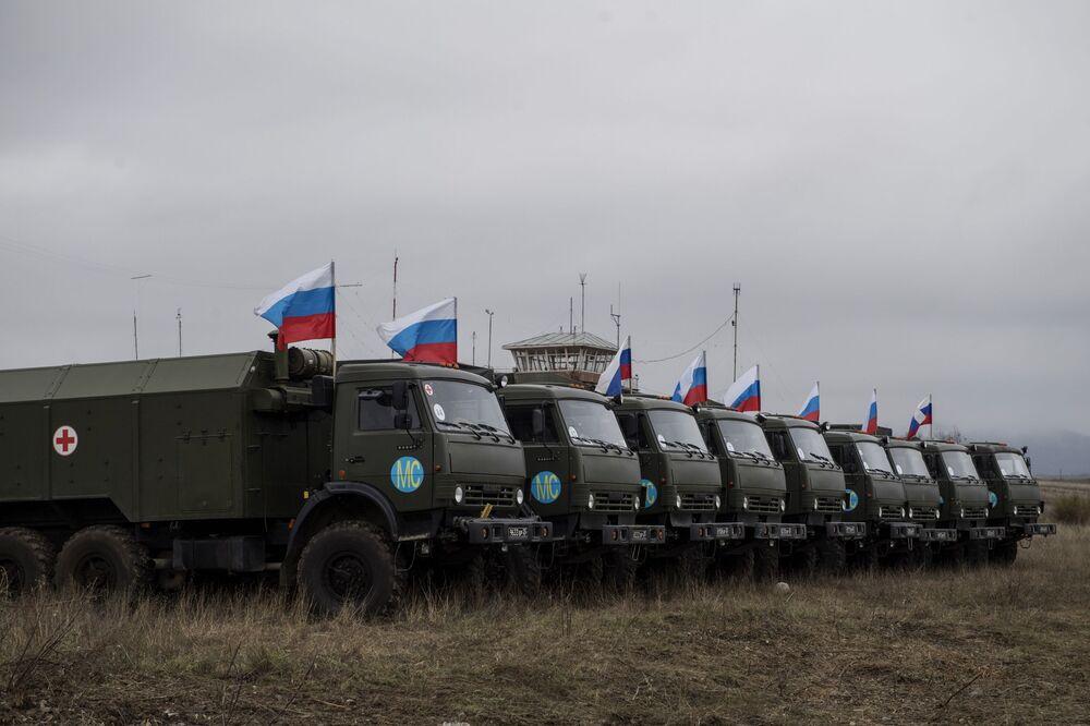 Vojenská technika v blízkosti nemocnice ruského ministerstva obrany ve Stěpanakertu