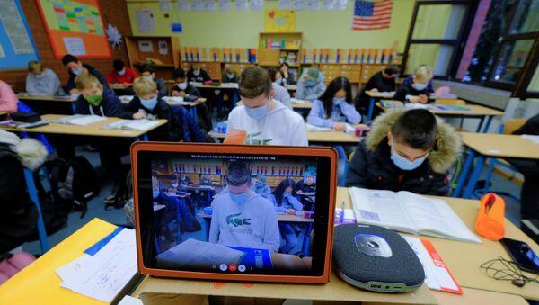 Studenti navštěvují virtuální výuku angličtiny, kterou provádí učitel v domácí karanténě v Německu - Sputnik Česká republika