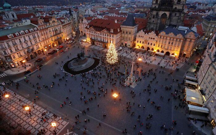 Na Staroměstském náměstí byl vztyčen osmnáctimetrový smrk ztepilý, který byl pokácen nedaleko Jílového u Prahy. Rozsvícení proběhlo 27. listopadu.