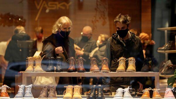 Покупатели в обувном магазине в Праге, Чехия - Sputnik Česká republika