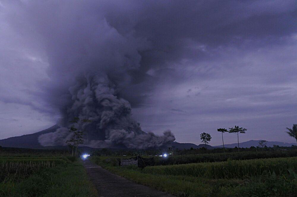 Erupce vulkánu Semeru na Východní Jávě.