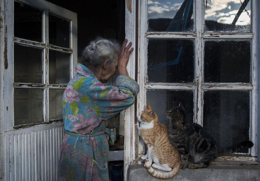 Žena u svého domu ve městě Lačin v Náhorním Karabachu. V souladu s dohodou musí být město předáno Ázerbájdžánu.