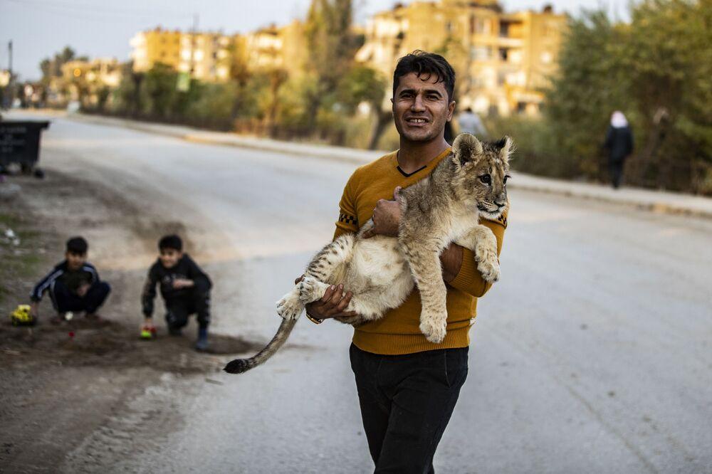 Syrský Kurd se svým domácím lvíčetem.