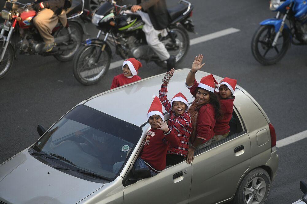 Děti v oblecích Santy Clause v Islámábádu oslavují příchod adventu.