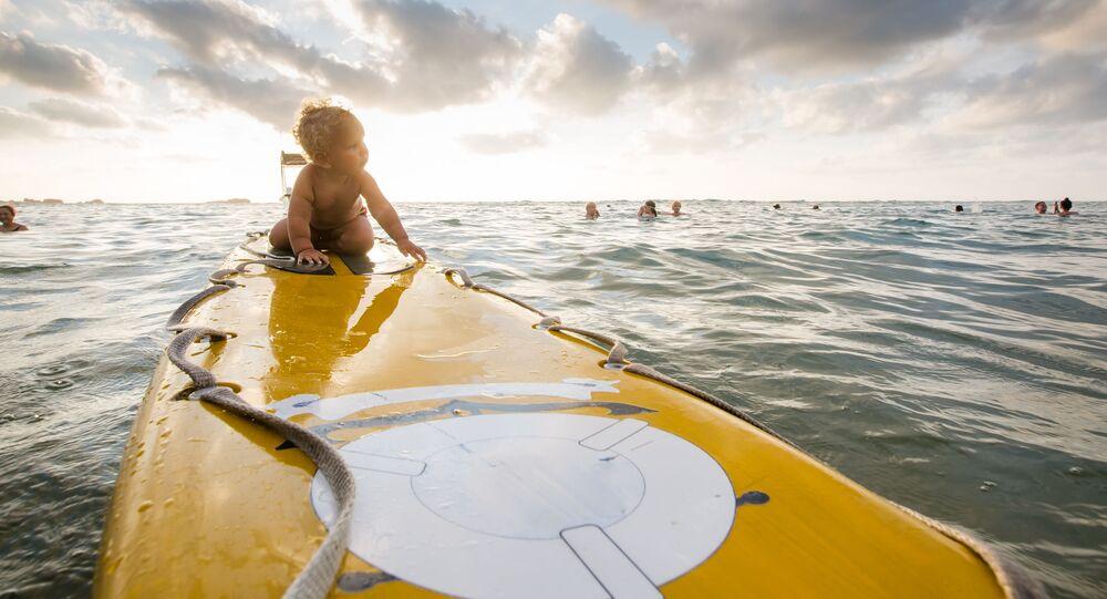 Malé dítě na surfu