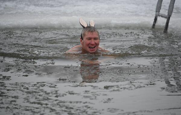 Muž v ledové vodě řeky Irtyš během zahájení zimní plavecké sezóny v ruském Omsku. - Sputnik Česká republika
