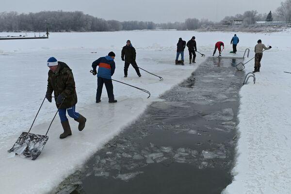 Lidé u ledové díry v den zahájení zimního plavání v Omsku v Rusku. - Sputnik Česká republika