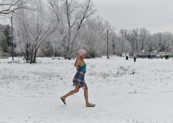 Žena v den zahájení zimního plavání v Omsku v Rusku. - Sputnik Česká republika