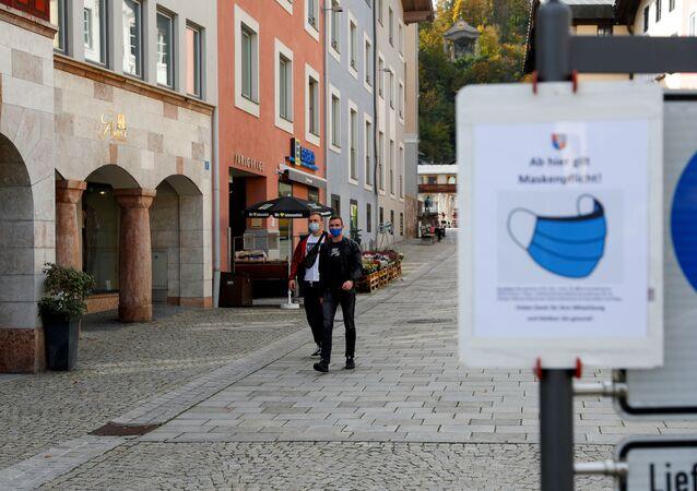 Muži v rouškách v Německu