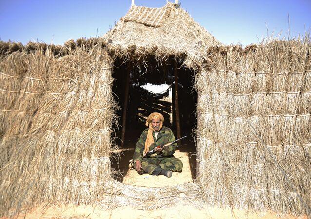 Muž střežící tzv. marockou zeď (systém obranných staveb v Západní Sahaře)