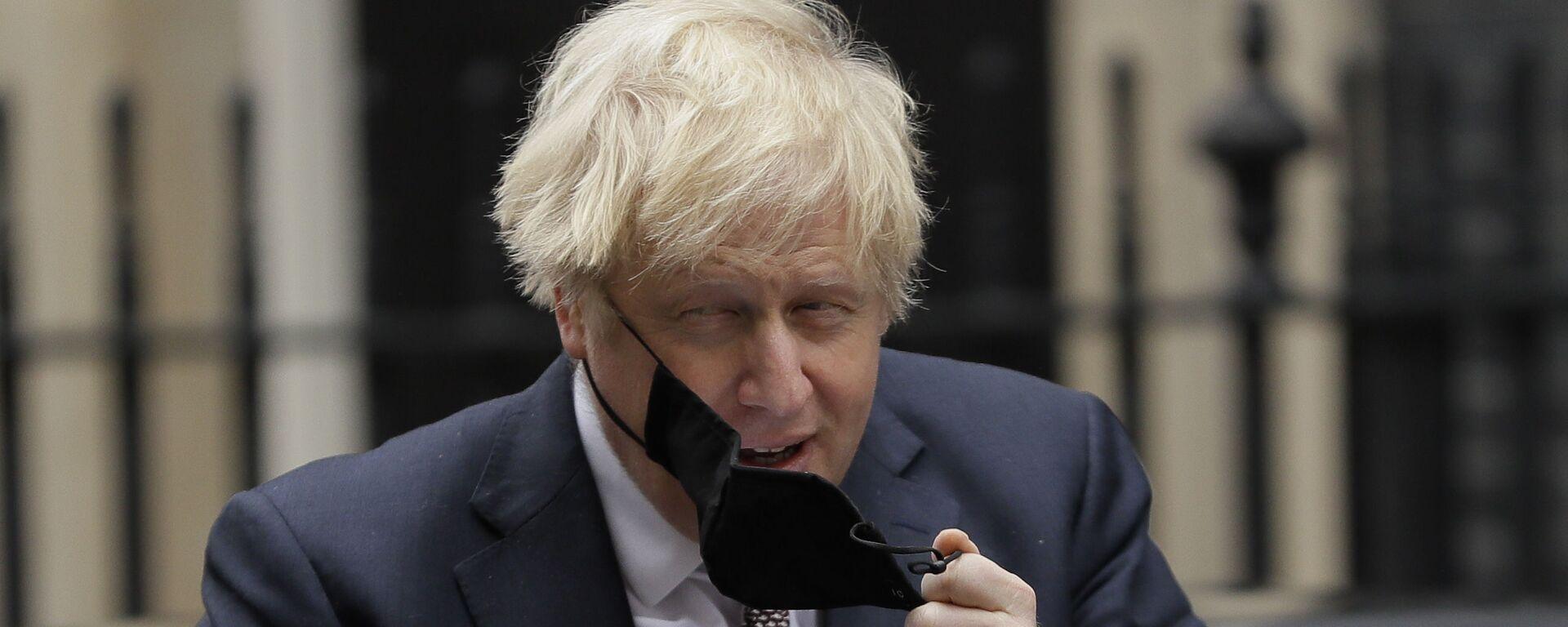 Премьер-министр Великобритании Борис Джонсон снимает маску - Sputnik Česká republika, 1920, 18.08.2021
