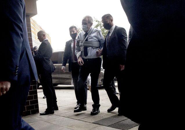Český prezident Miloš Zeman ve volební místnosti v Praze první den senátních voleb