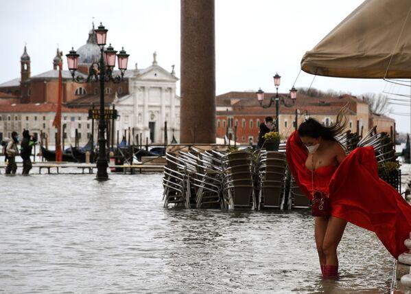 Modelka v rozvětvených šatech na zatopeném náměstí San Marco v Benátkách, Itálie - Sputnik Česká republika