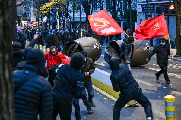 Policisté a účastníci protestu proti návrhu zákona o globální bezpečnosti v Paříži - Sputnik Česká republika