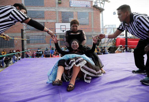 Bolívijsští zápasníci cholitas během svého návratu do ringu po uvolnění omezení spojených s koronavirem, El Alto, předměstí La Paz - Sputnik Česká republika