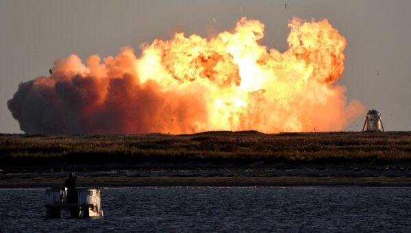 Výbuch supertěžké rakety Starship SN8 společnosti SpaceX při pokusu o přistání během zkušebního letu, Boca Chica, stát Texas, USA - Sputnik Česká republika