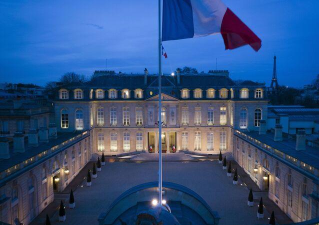 Vlajka před Elyzejským palácem v Paříži