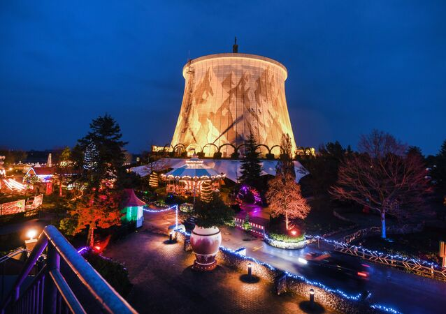 Svátečně ozdobená jaderná elektrárna Kalkar v Německu.
