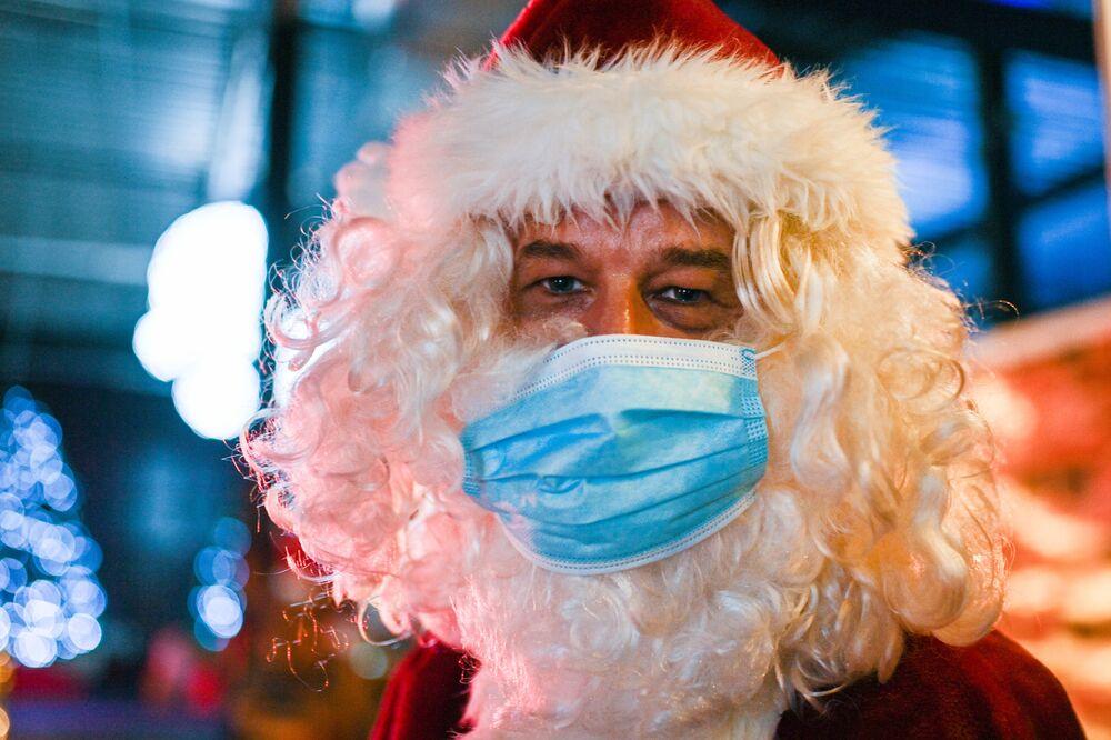 Santa Claus na vánočních trzích na území bývalé jaderné elektrárny v Kalkaru, Německo.