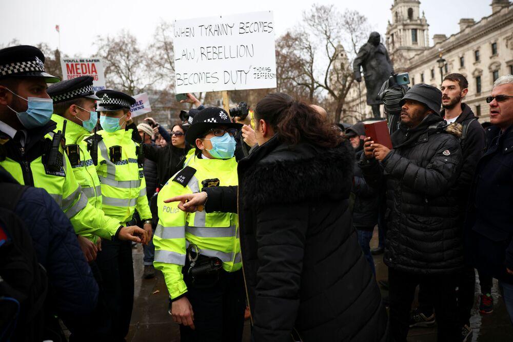 Střety s policií během protivakcinačního protestu v Londýně.