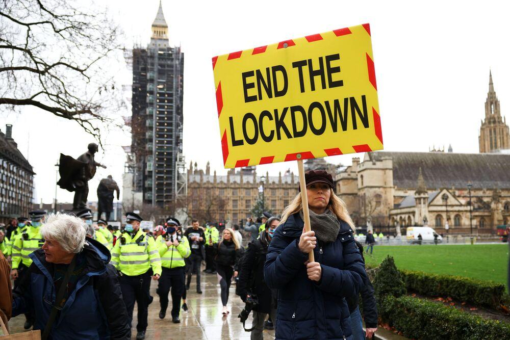 Demonstrace odpůrců vakcinace na Parlamentním náměstí v Londýně.