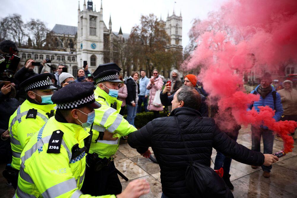 Střet demonstranta s policií během protivakcinačního protestu v Londýně.