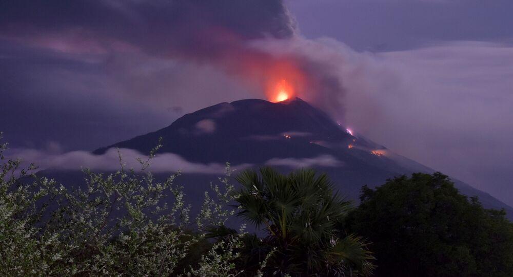 Erupce sopky Lewotolo v Indonésii