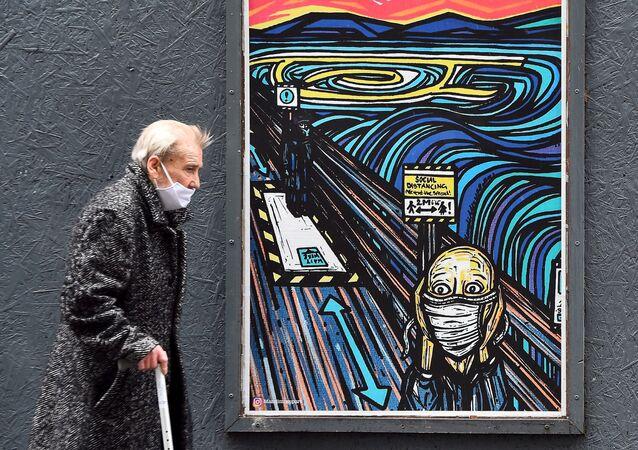 Chodec prochází kolem graffiti v Glasgow. Ilustrační foto