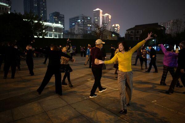 Lidé tančí v noci v parku - Sputnik Česká republika