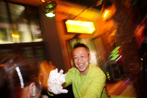Návštěvníci se navzájem potírají krémem ze slavnostního dortu v baru ve Wu-chanu - Sputnik Česká republika