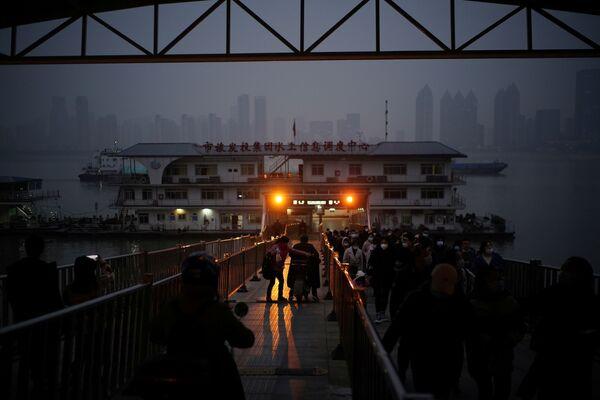 Lidé odchazí z trajektu ve Wu-chanu, Čína - Sputnik Česká republika