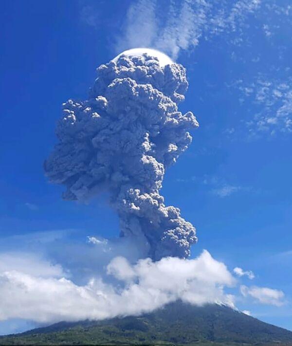 Erupce stratovulkánu Levotolo v Indonésii - Sputnik Česká republika