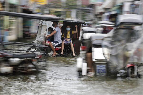 Zaplavená tajfunem Molave silnice na Filipínách - Sputnik Česká republika