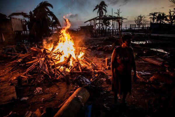Lidé spalují odpadky, které zůstaly po hurikánu Jota v Nikaragui - Sputnik Česká republika