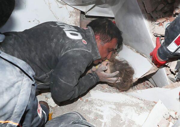 Turečtí záchranáři po zemětřesení v Izmiru vytáhli dítě z trosek - Sputnik Česká republika