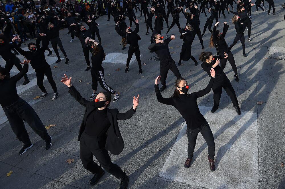Tanečníci Les essentiels během vystoupení na protest proti vládní zdravotní politice ve Francii