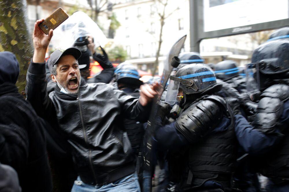 Protestující a policie v Paříži